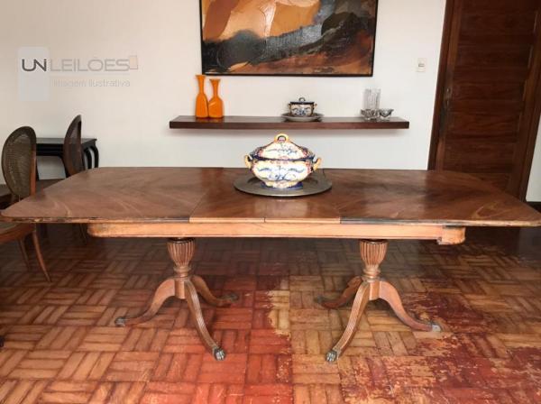 Mesa de jantar em madeira maciça extensível