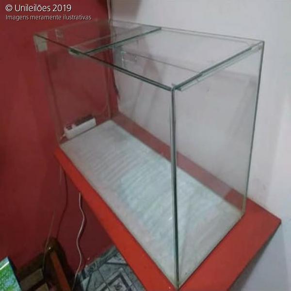 Aquário de vidro, medindo 0,85cm x 0,40cm